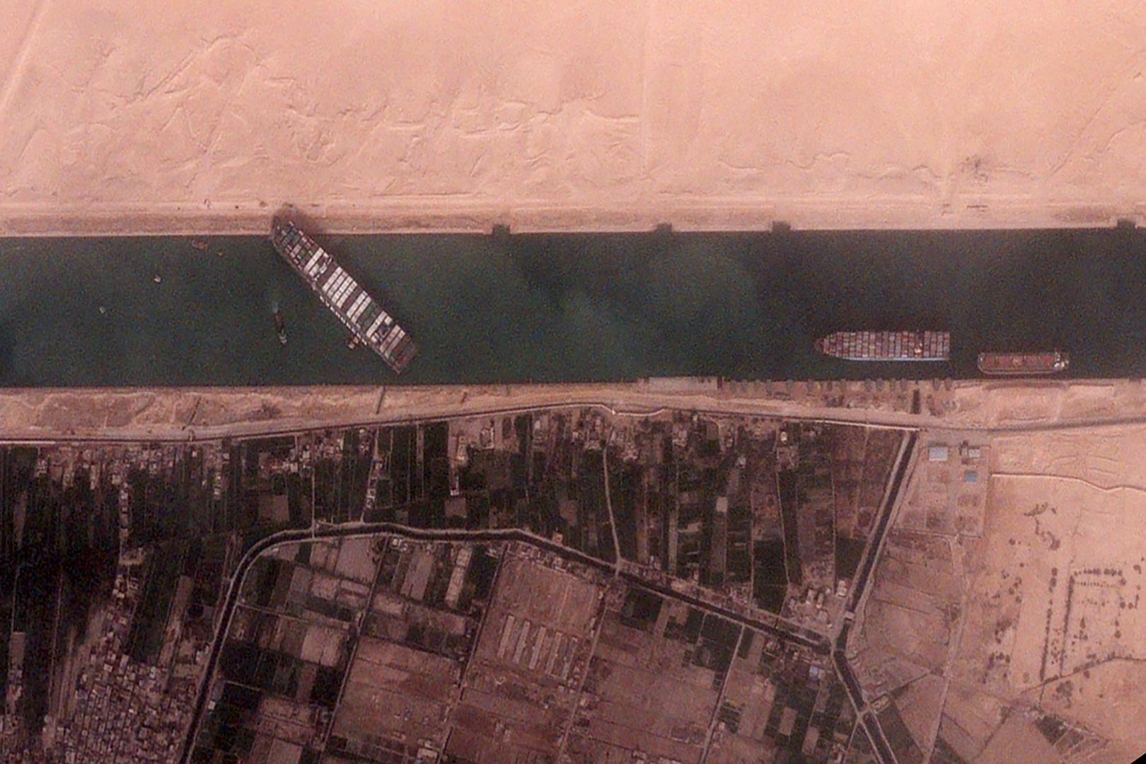 صورة عبر الأقمار الصناعية للسفينة العالقة بقناة السويس المصرية