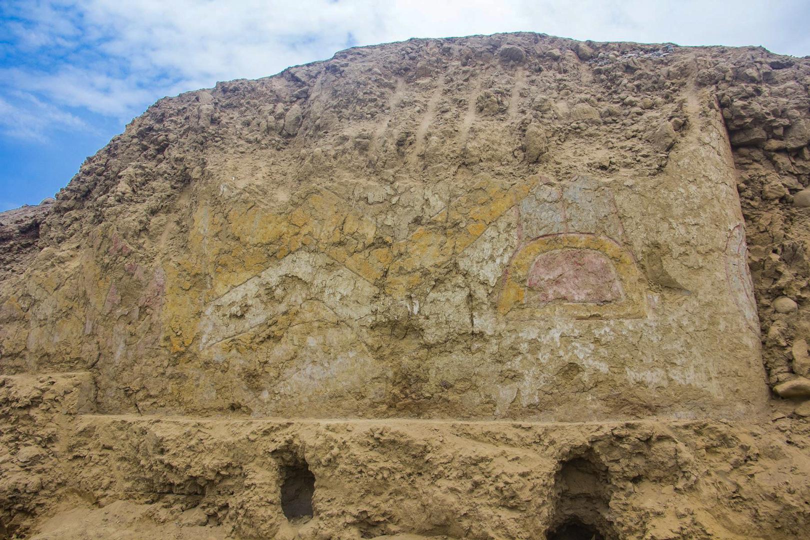 اكتشاف لوحة جدارية لإله العنكبوت في معبد عمره 3200 عام في بيرو