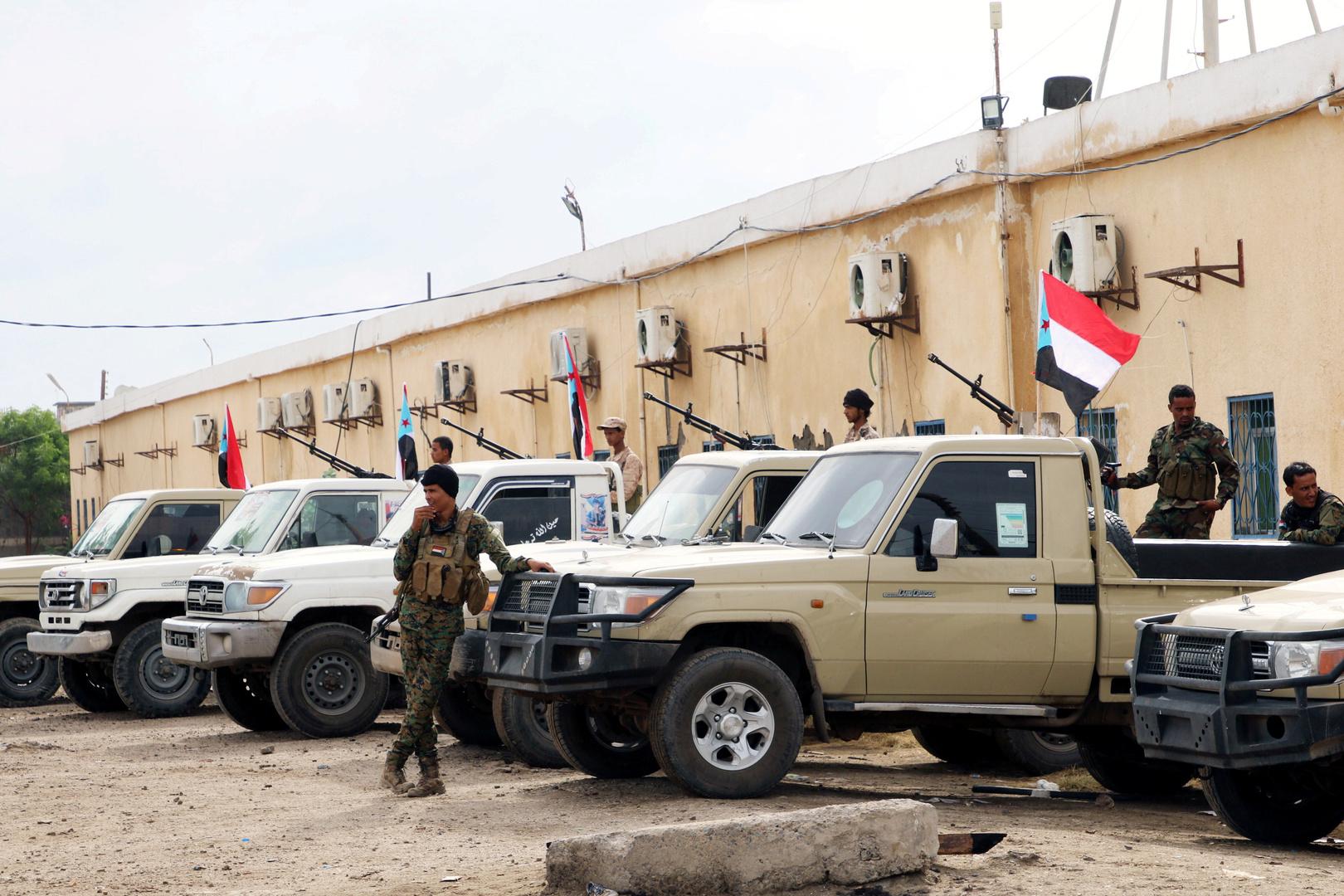 القوات الأمنية اليمنية الموالية للمجلس الانتقالي الجنوبي الانفصالي تقف بجانب آليات منتشرة في مدينة عدن الساحلية الجنوبية.
