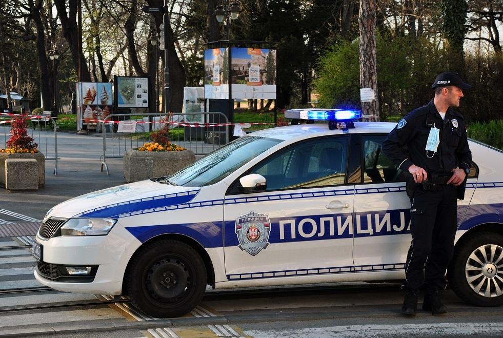 احتجاز مهاجر كسر صليبا على نصب تذكاري وسط بلغراد