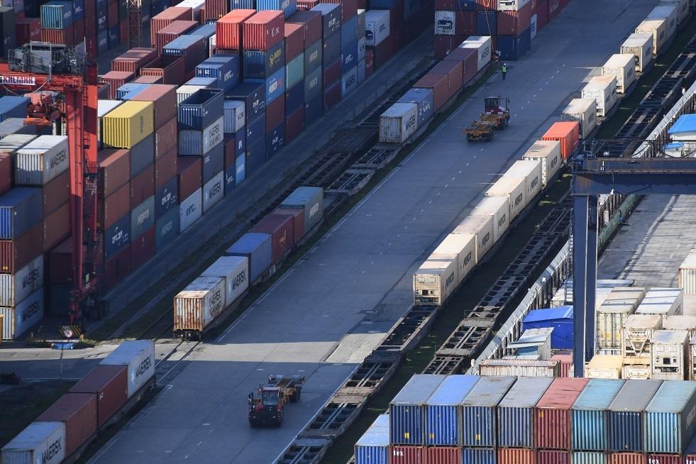 صحيفة: الصين زادت إلى الضعف عمليات الشحن بالسكك الحديدية عبر روسيا