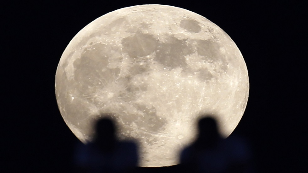 القمر الدودي العملاق في سماء القاهرة - أرشيف