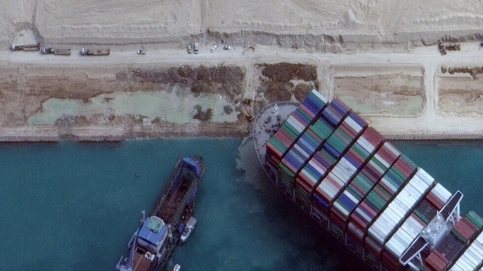شاهد بالتصوير السريع كيف تم تعديل مسار السفينة الجانحة في قناة السويس!