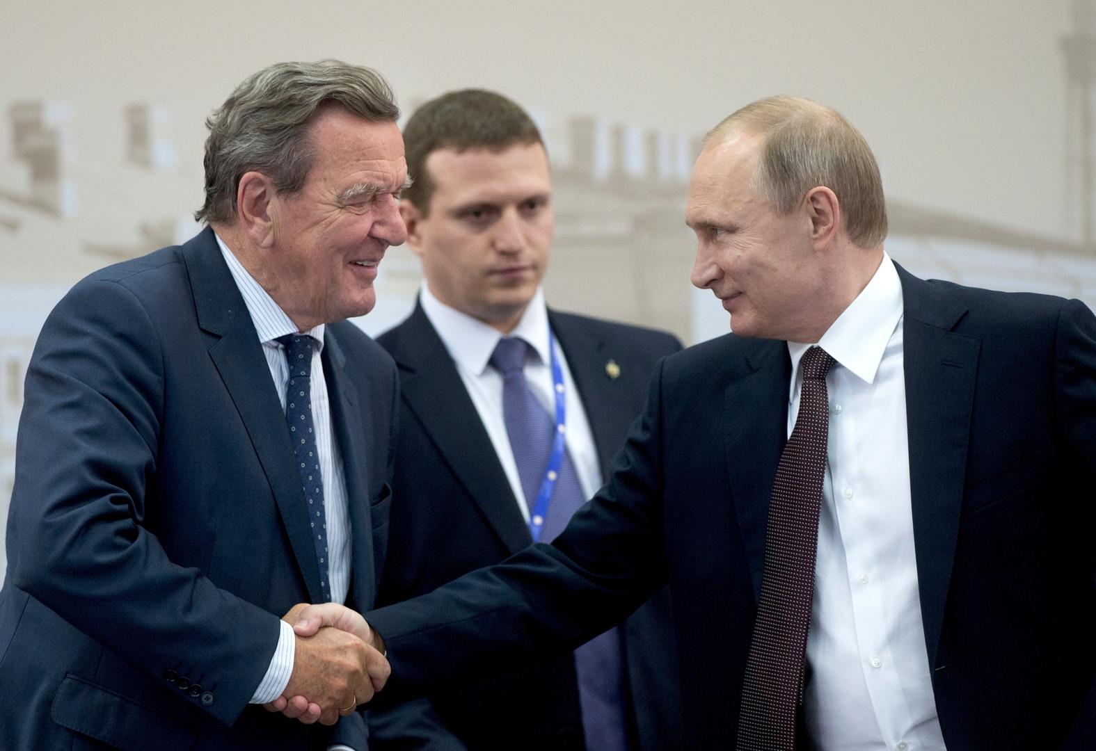 الرئيس الروسي فلاديمير بوتين والمستشار الألماني السابق غيرهارد شرودر، سان بطرسبورغ، روسيا، 17 يونيو 2016