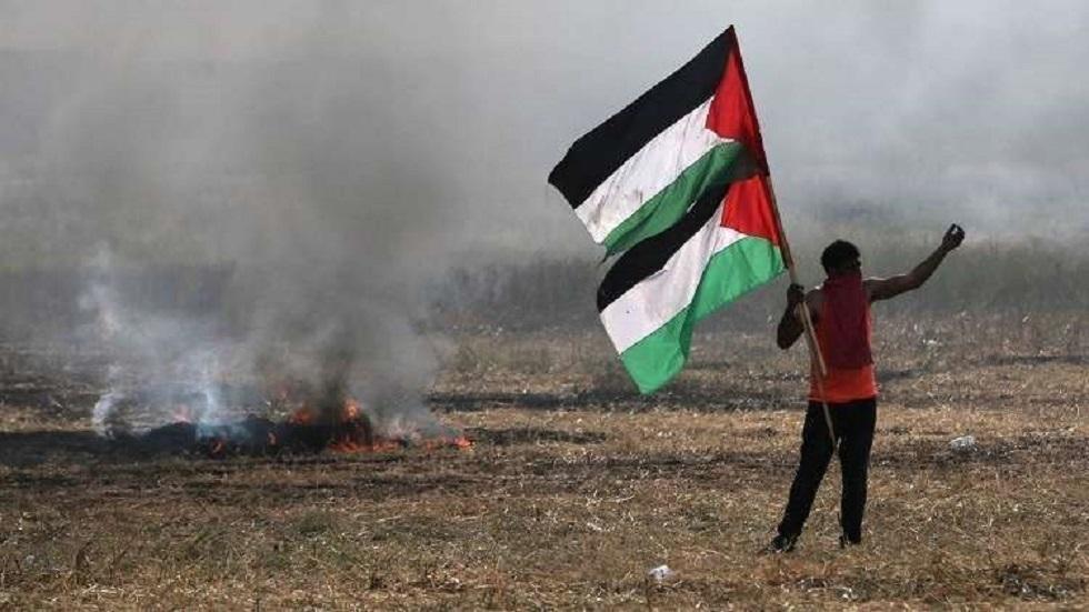 مواطن فلسطيني يحمل علم بلاده في