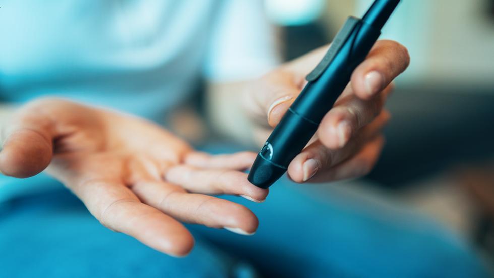 تحول مناطق محددة من الجسم إلى لون داكن قد تكون علامة على ارتفاع نسبة السكر في الدم