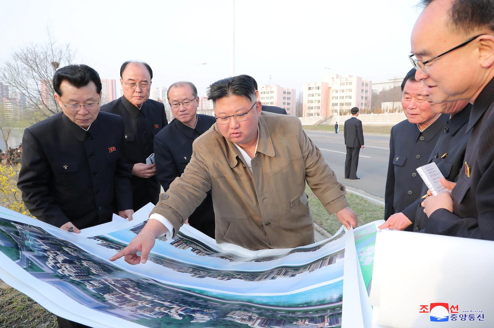 كيم يزور موقع بناء مشروع إسكاني طموح