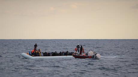 مهاجرون يرتدون سترات النجاة أثناء عملية إنقاذهم قبالة سواحل ليبيا في البحر الأبيض المتوسط