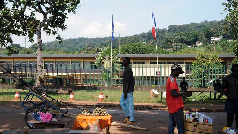 حريق يلتهم مبنى السفارة الفرنسية 608209b342360467f11d0801.jpg