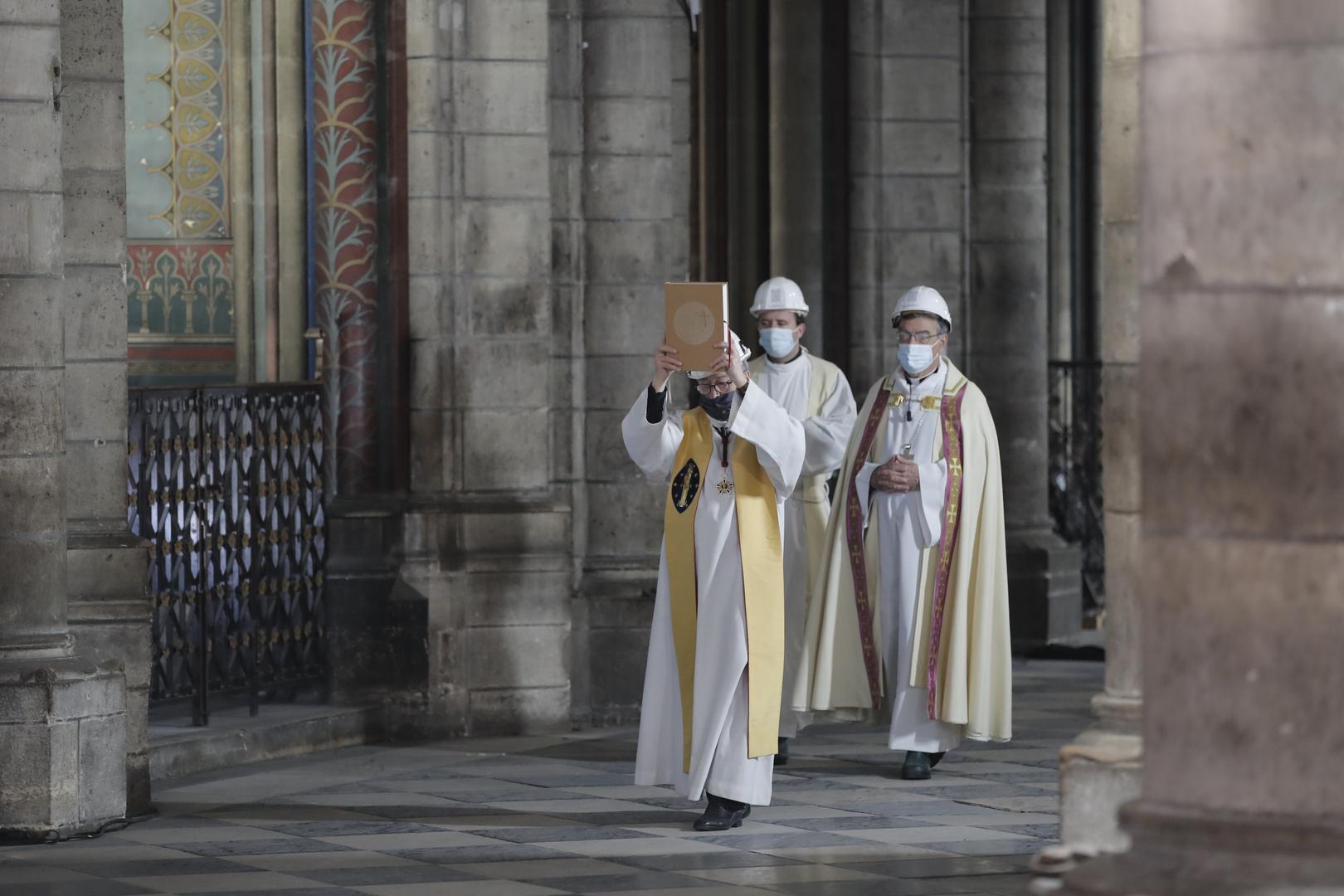 أسقف نوتردام، باتريك شوفيه، يقود موكبا خلال احتفالات الجمعة العظيمة في الكاتدرائية.