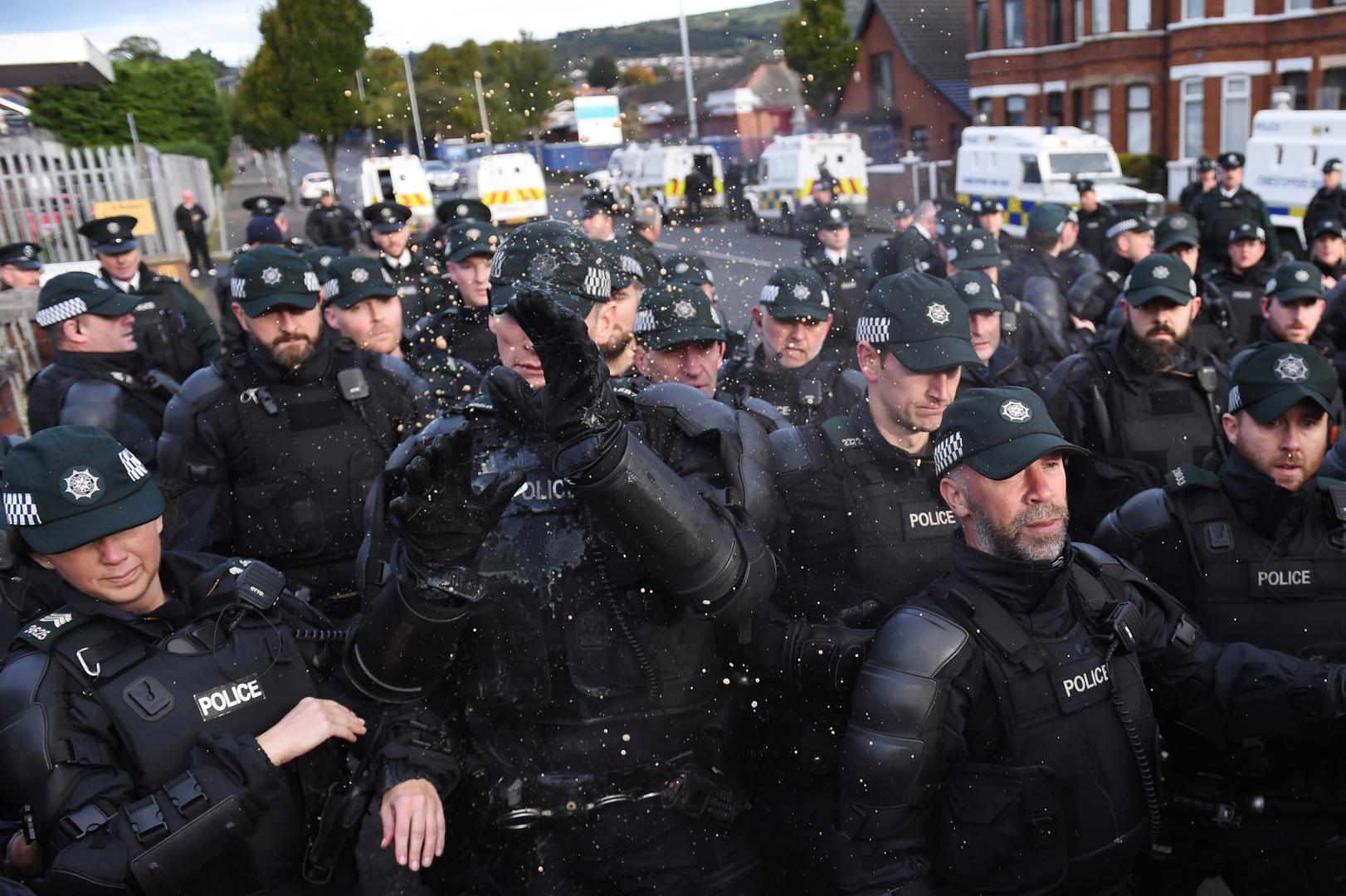بريطانيا.. إصابة 15 شرطيا جراء أعمال شغب في بلفاست