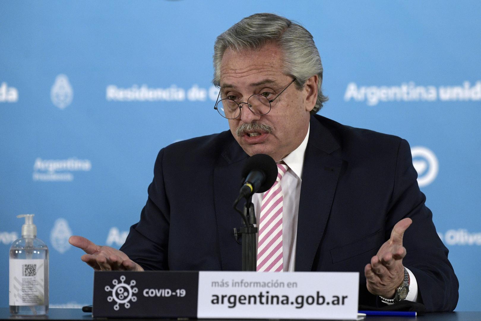 رغم إيجابية فحصه الخاص بكورونا.. رئيس الأرجنتين يحث على تلقي اللقاح