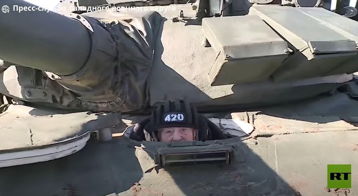 شاهد.. في سن الـ99 تقود دبابة