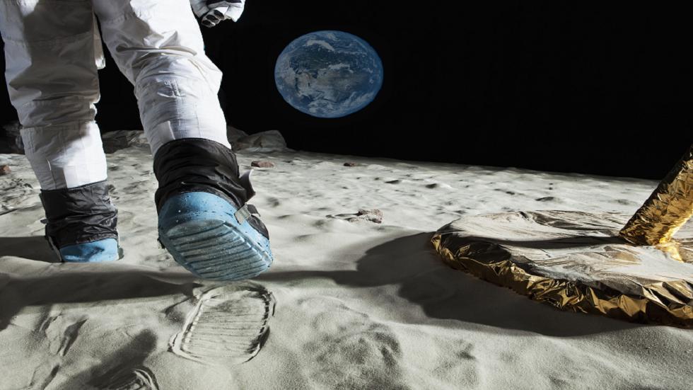 كم من الوقت سيستغرق المشي حول القمر؟