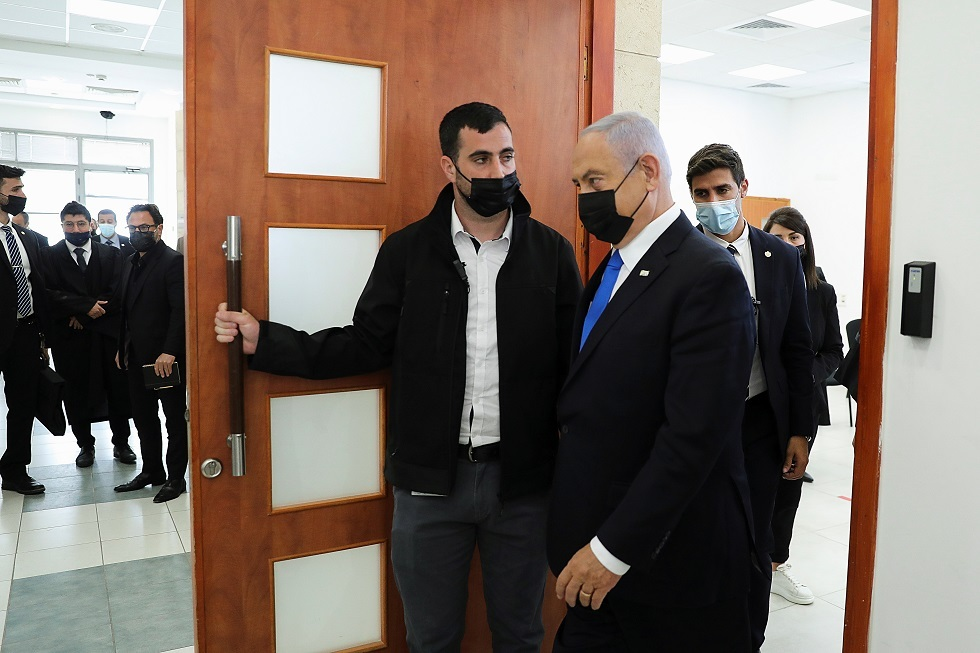 رئيس الوزراء الإسرائيلي بنيامين نتنياهو يغادر غرفة المحكمة
