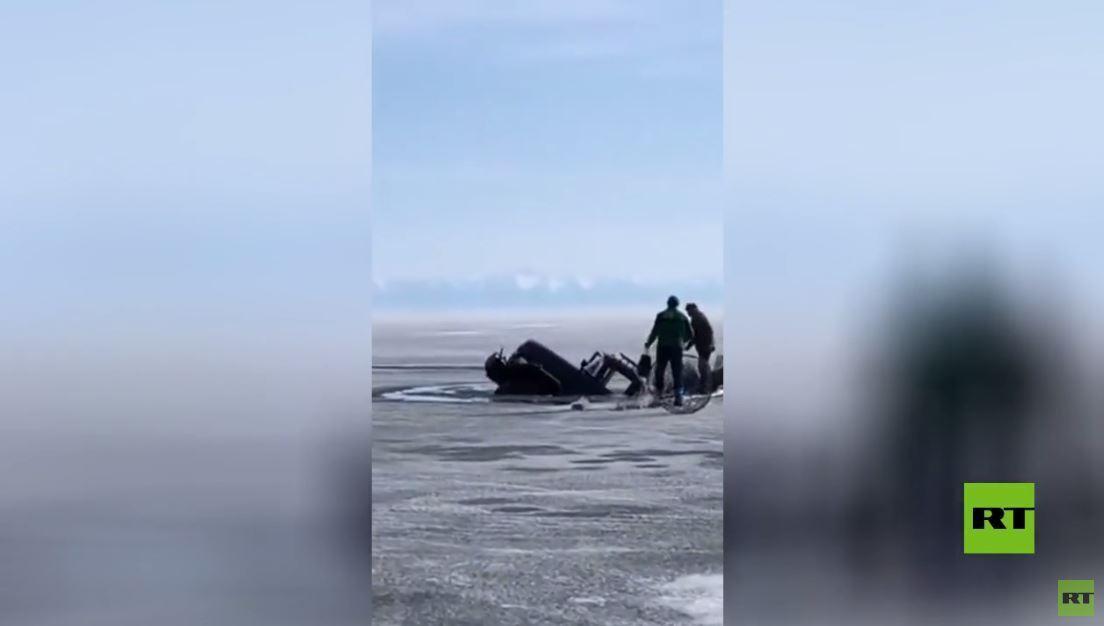 شاهد.. شاحنة تغرق في المياه المتجمدة أثناء سيرها على طريق جليدي على سطح بحيرة البايكال
