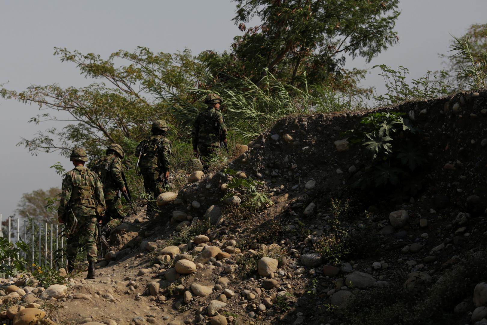 القوات الفنزويلية على الحدود مع كولومبيا
