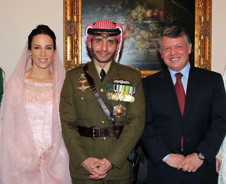 العاهل الأردني، الملك عبد الله الثاني بن الحسين، وولي العهد السابق، الأمير حمزة بن الحسين، وزوجته، الأميرة بسمة بني أحمد العتوم، خلال حفل عقد قرانهما.