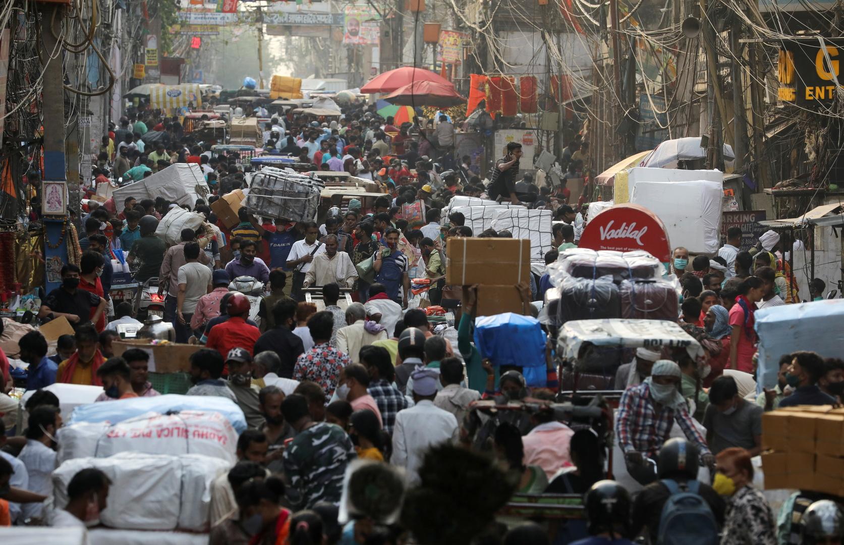 فرض حظر تجول في عدد من المدن الهندية بعد تسجيل ارتفاع قياسي بإصابات كورونا