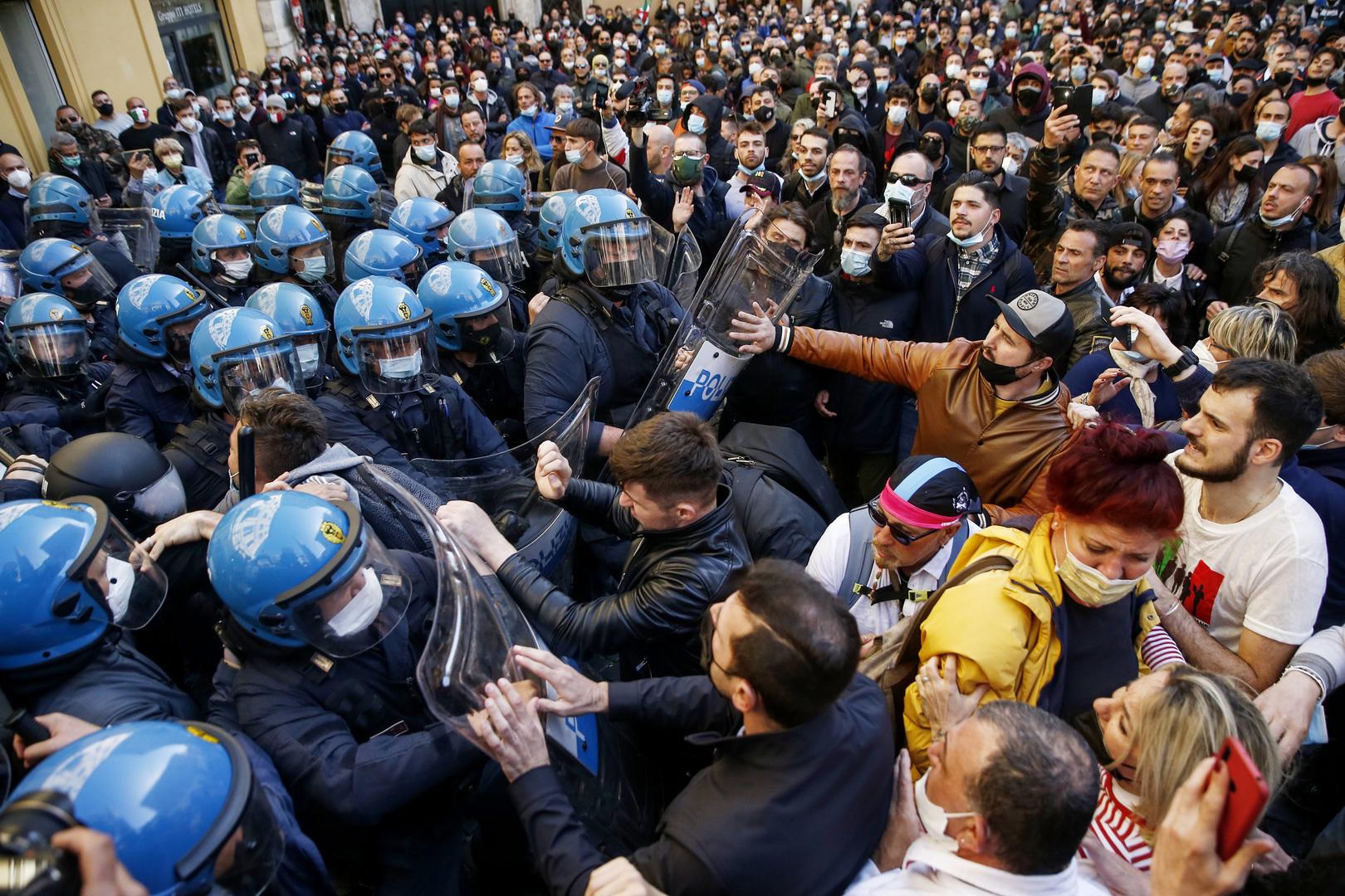 روما.. اشتباكات مع الشرطة احتجاجا على الإغلاق (فيديو)