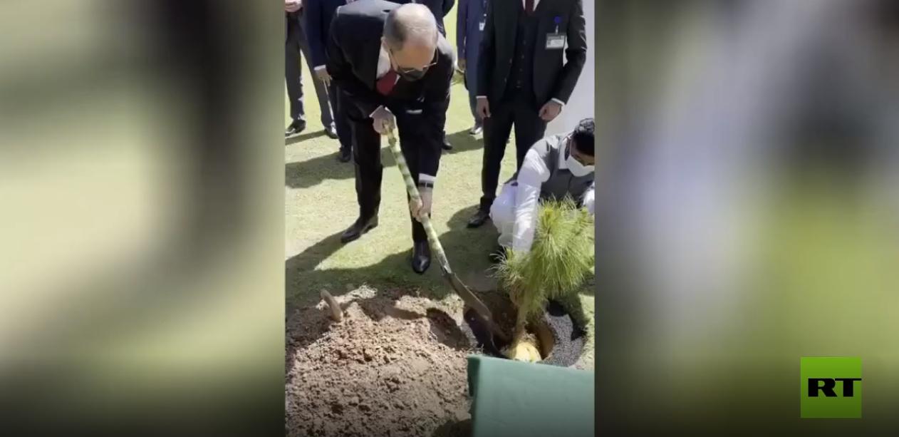 لافروف يزرع شجرة أرز الهيمالايا في حديقة وزارة الخارجية الباكستانية