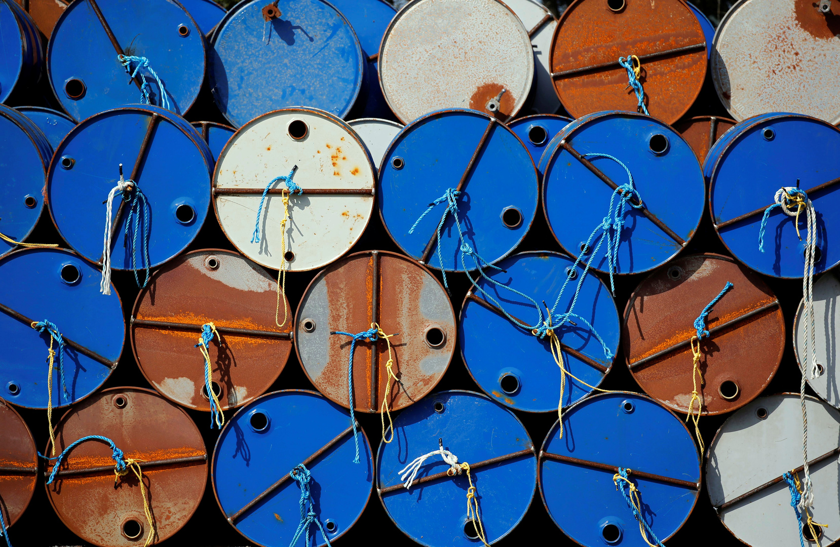 النفط يهبط بعد ارتفاع مخزونات البنزين الأمريكية