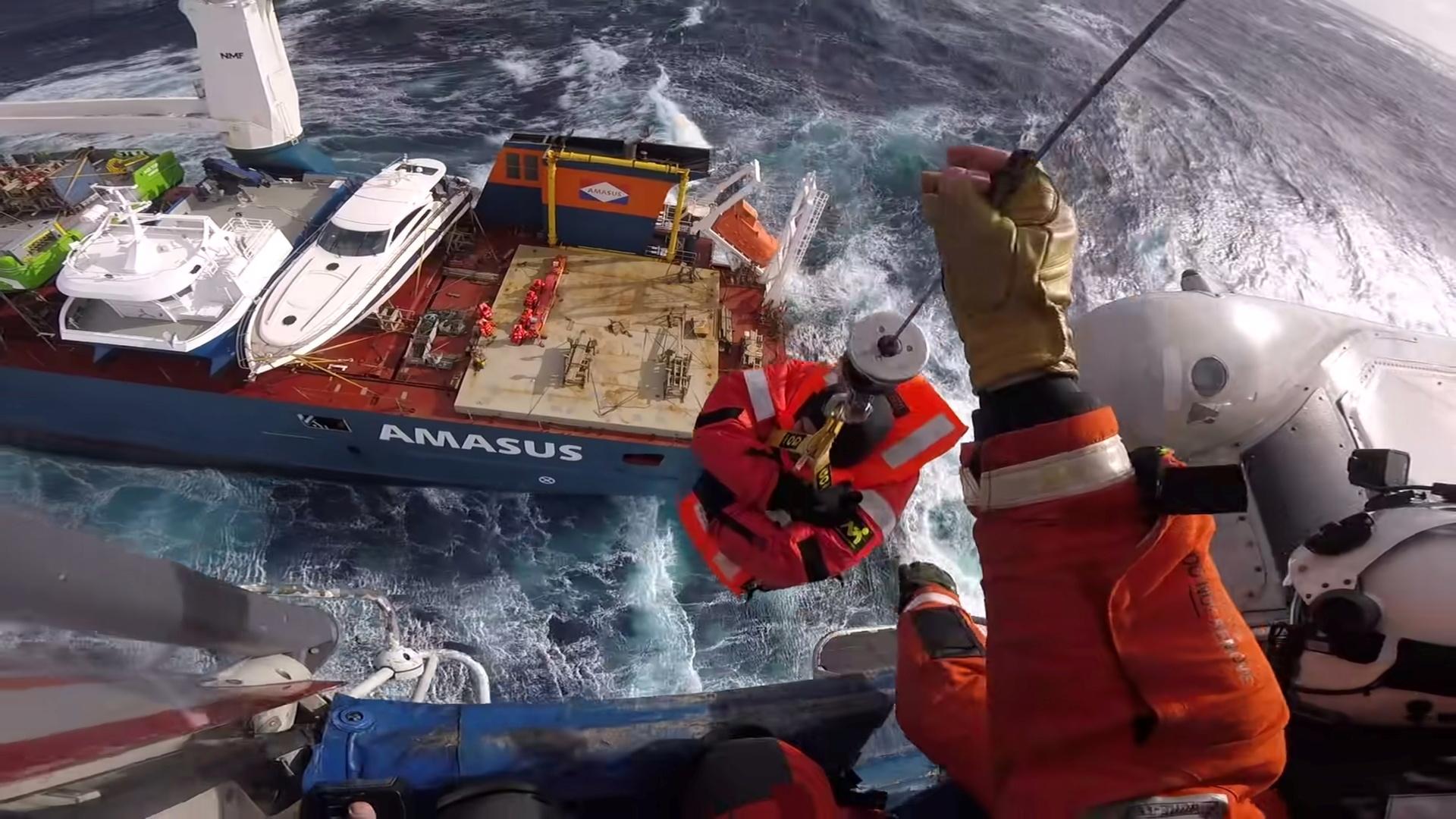تأمين سفينة شحن هولندية بعد محاولة إنقاذ في المياه الهائجة (صور+فيديو)