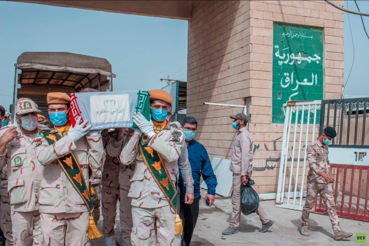 العراق وإيران يتبادلان رفات 68 جنديا فقدوا خلال الحرب بينهما (صور)