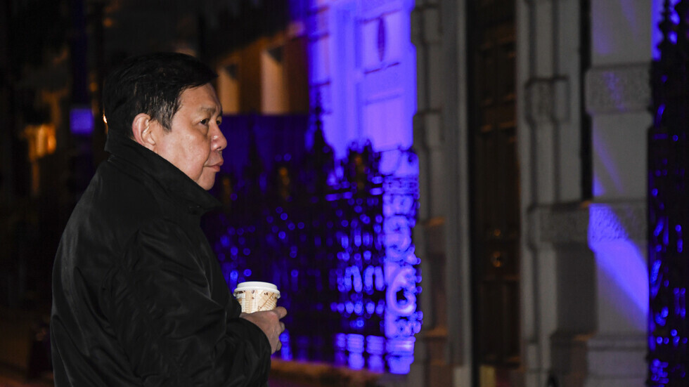 سفير ميانمار المعزول يقف خارج سفارة بلاده في لندن، 7 أبريل 2021