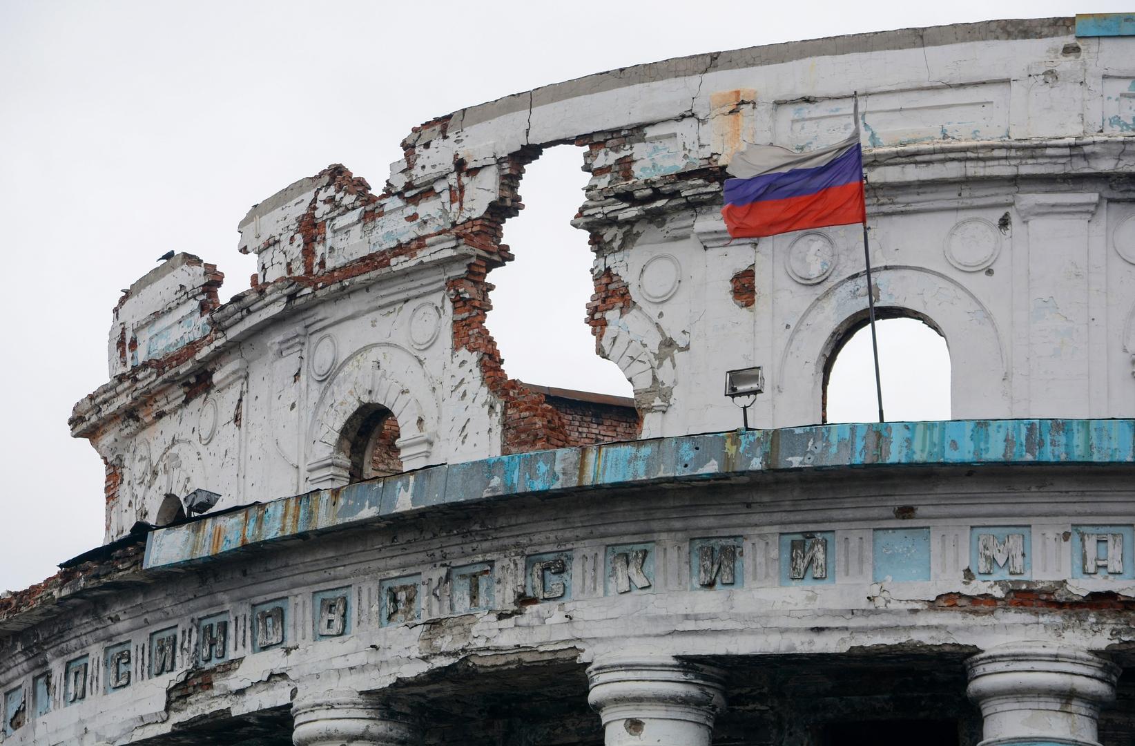 آثار قصف مصنع في جمهورية دونيتسك