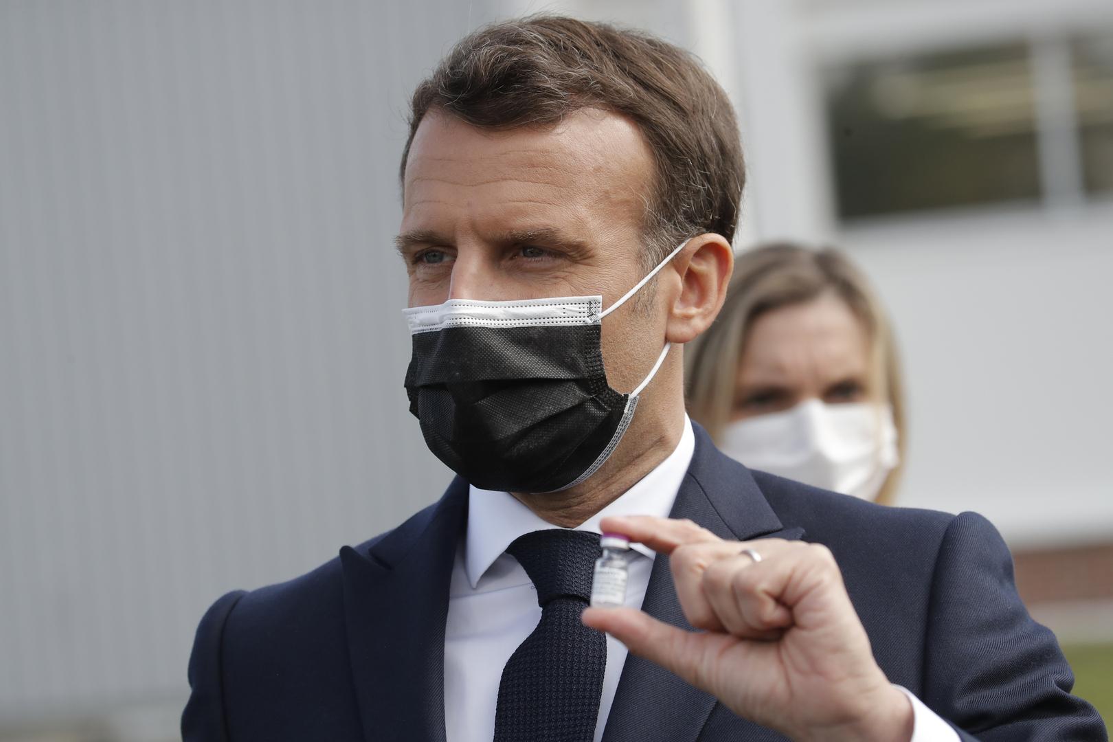 الرئيس الفرنسي إيمانويل ماكرون خلال زيارة مصنع Delpharm في Saint-Remy-sur-Avre، غرب باريس، الجمعة 9 أبريل 2021