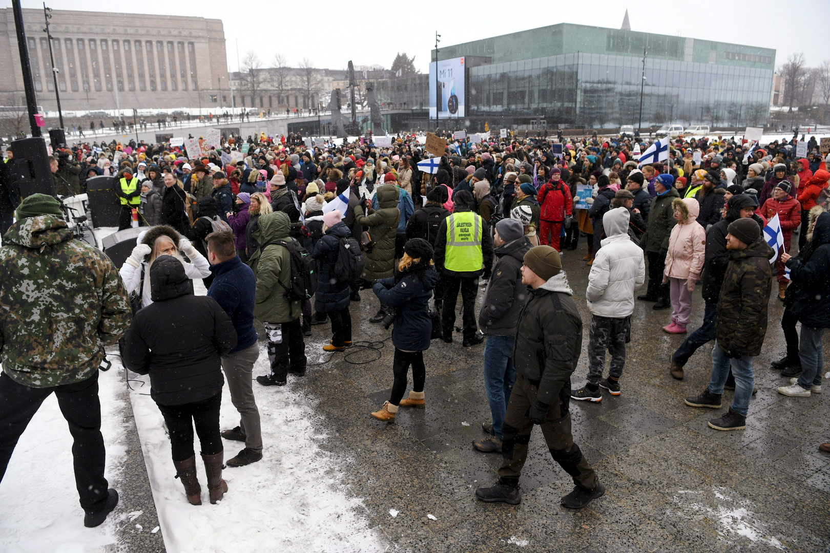 مظاهرا في هلسنكي احتجاجا على القيود المفروضة من قبل الحكومة الفنلندية بسبب جائحة كورونا