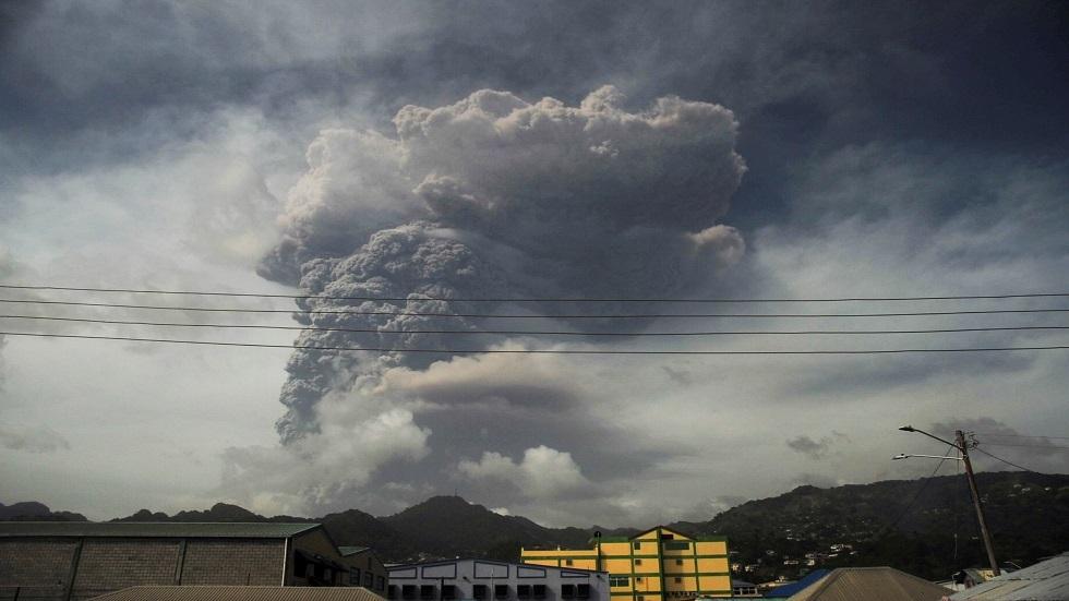الرماد يغطي جزيرة سانت فينسنت في الكاريبي بعد ثوران بركان