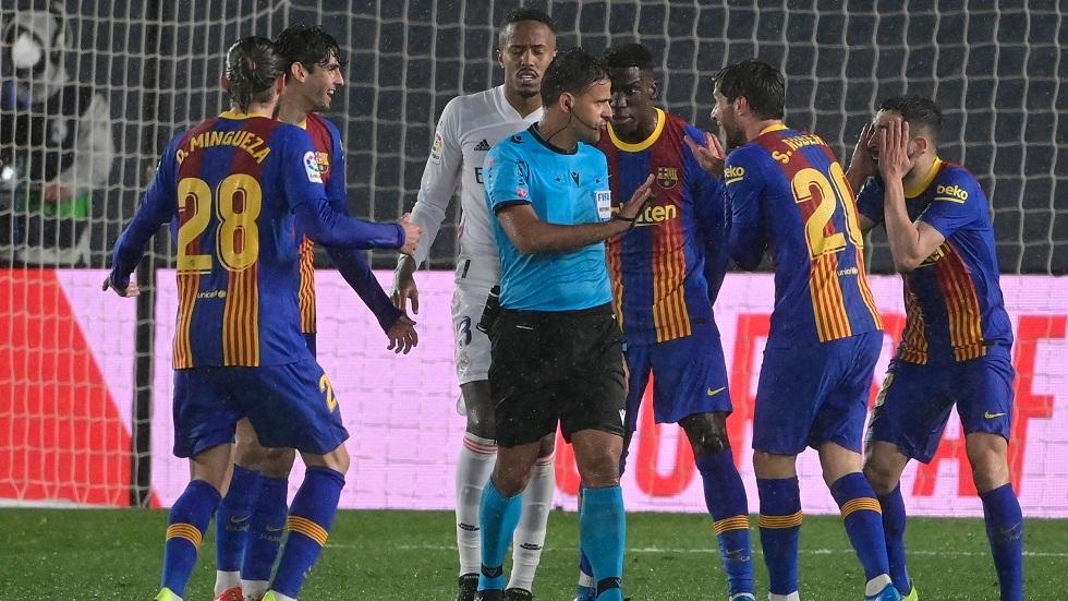 بالفيديو.. هل تغاضى حكم الكلاسيكو الإسباني عن ضربة جزاء لصالح برشلونة في الوقت القاتل؟