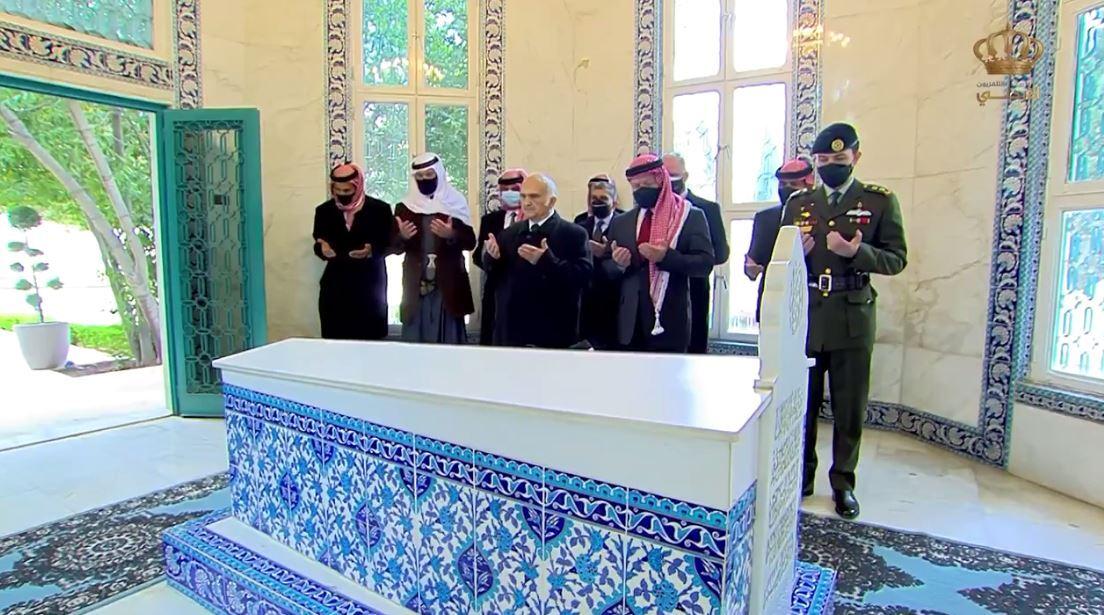 العاهل الأردني يزور الأضرحة الملكية بصحبة الأمراء من الأسرة الحاكمة