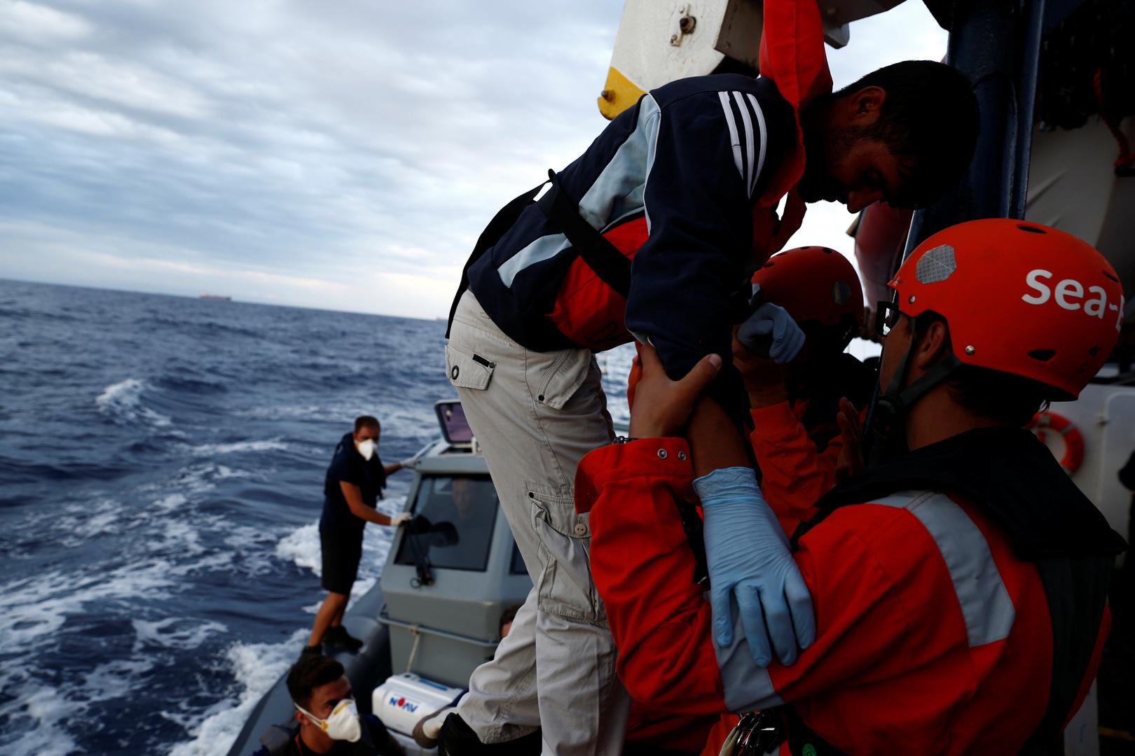 مهاجر ينزل من سفينة إنقاذ المهاجرين Sea-Eye الألمانية غير الحكومية
