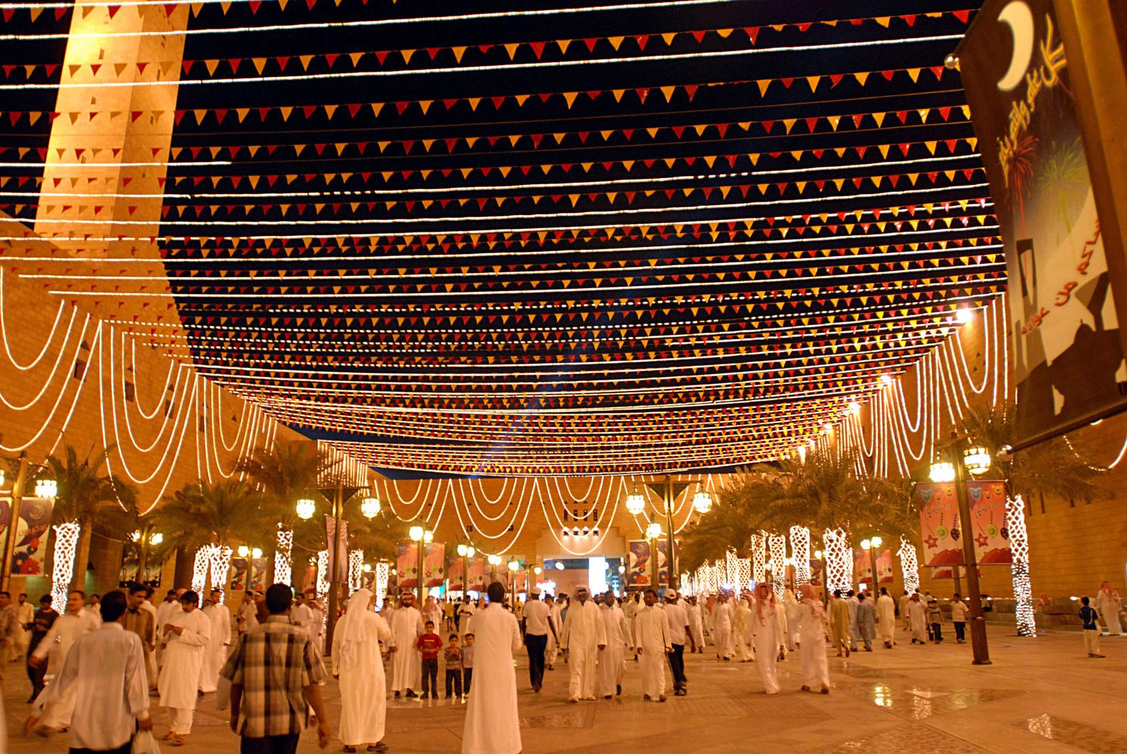 سعوديون يحتفلون بآخر أيام عيد الفطر في الرياض.