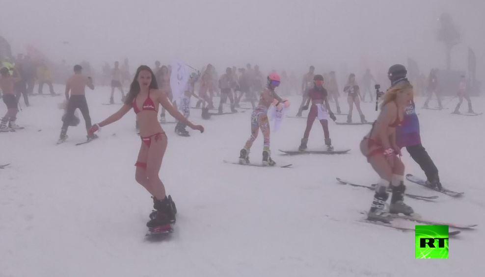 المئات يتزلجون بملابس صيفية وسط الثلوج في منتجع كراسنيا بوليانا الجبلي