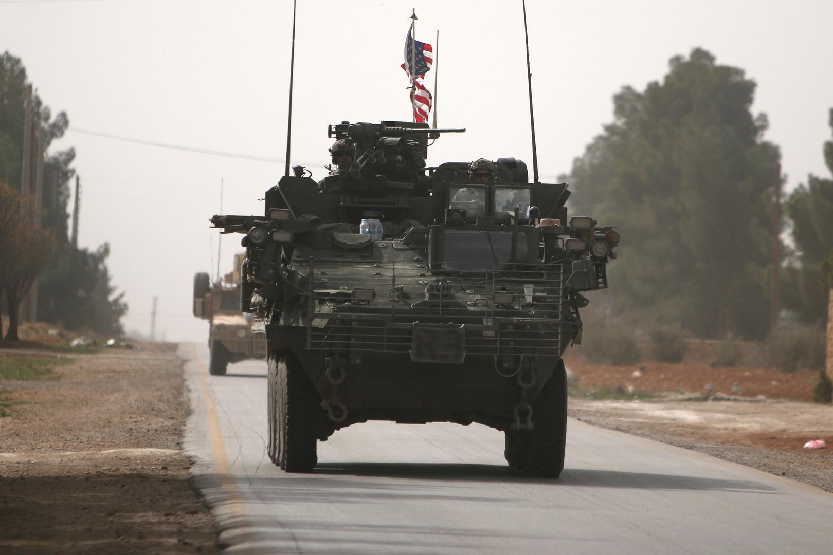 آلية تابعة للجيش الأمريكي تتجه شمال مدينة منبج في محافظة حلب بسوريا