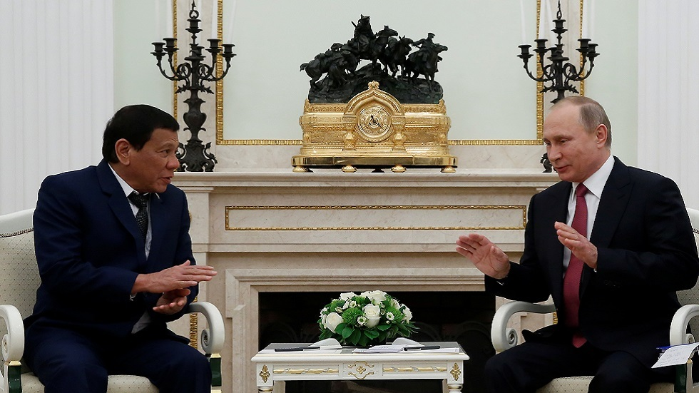 الرئيس الروسي فلاديمير بوتين يستقبل نظيره الفلبيني رودريغو دوتيرتي في الكرملين خلال زيارته إلى روسيا عام 2017