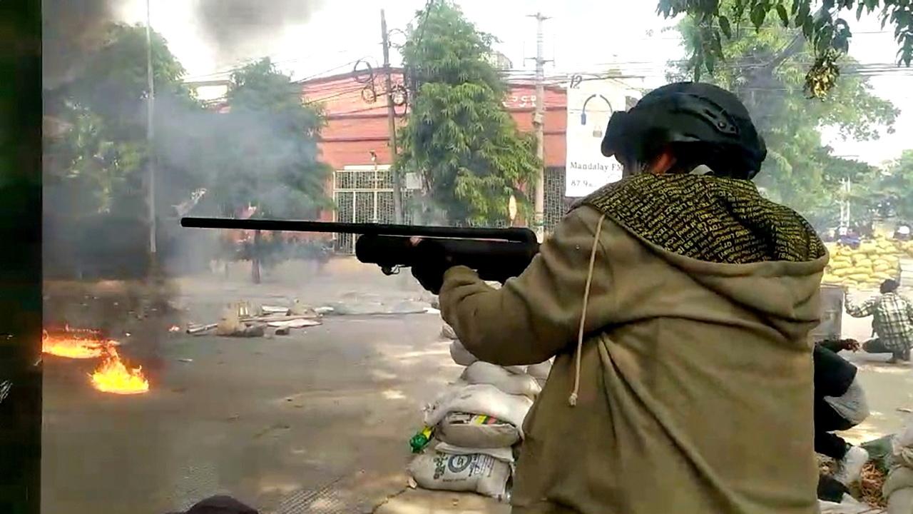 قوات الأمن في ميانمار تفتح النار على محتجين من العاملين في القطاع الطبي