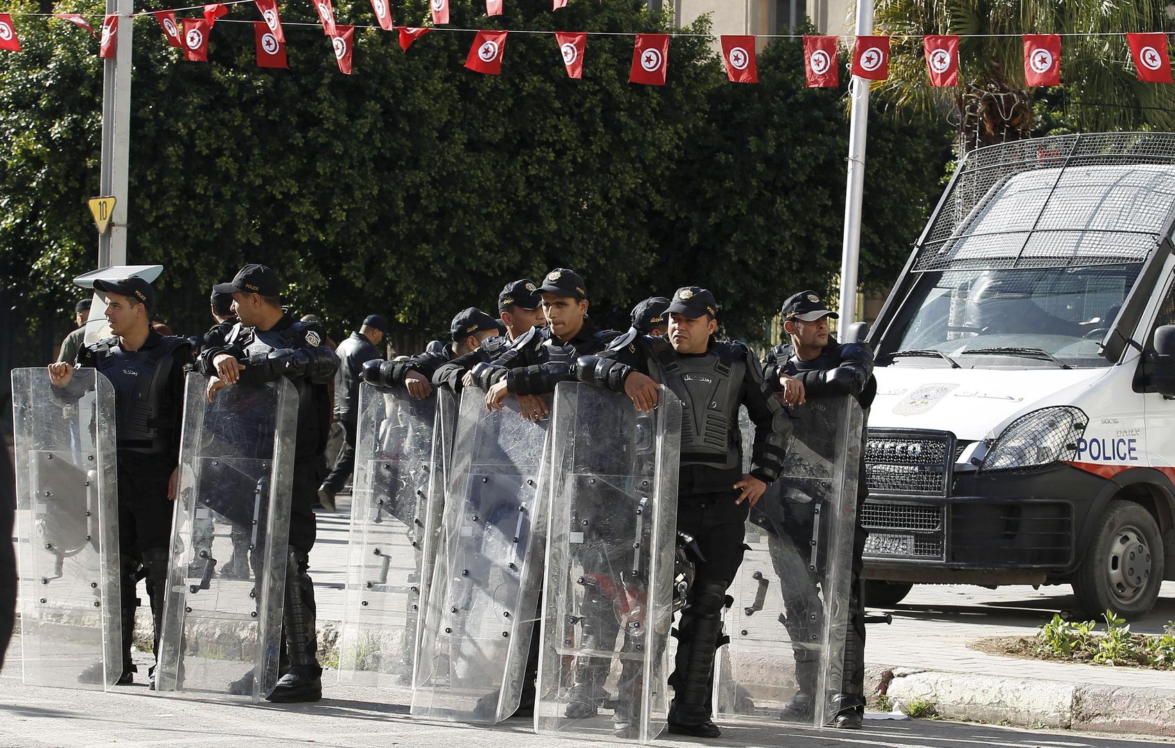 بعد وفاة شابين.. عدد من الأهالي في تونس يحرقون مركز شرطة وسيارة أمنية