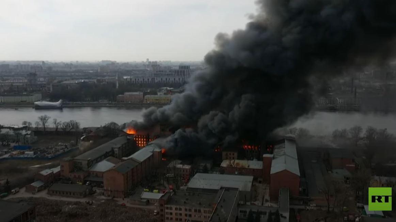 مروحيتان عسكريتان تخمدان حريقا ضخما في مصنع تاريخي بروسيا