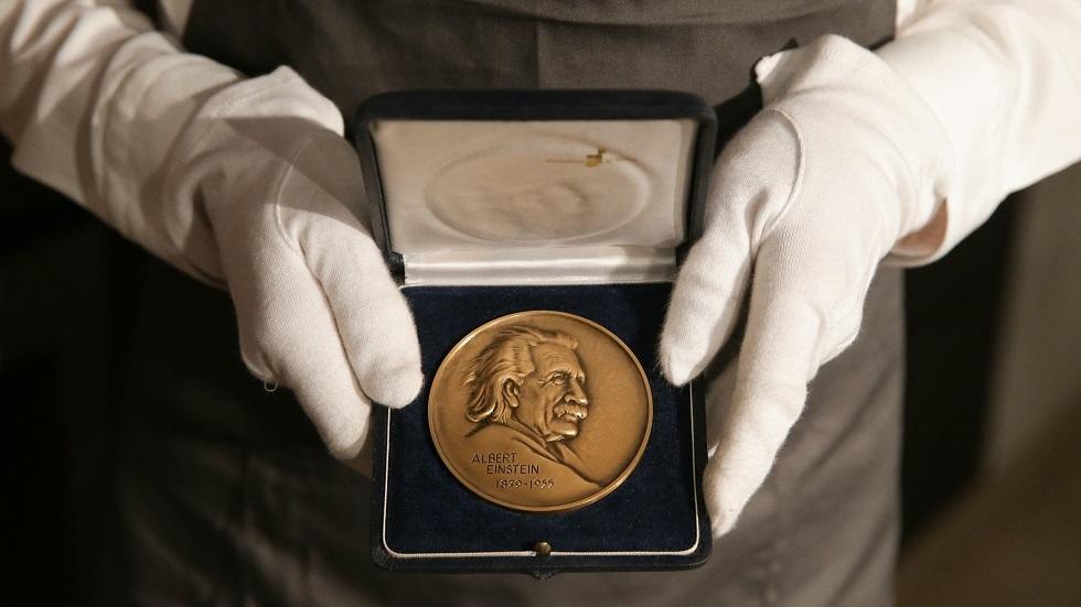 سويسرا.. أصغر عملة تذكارية في العالم تحمل صورة أينشتاين