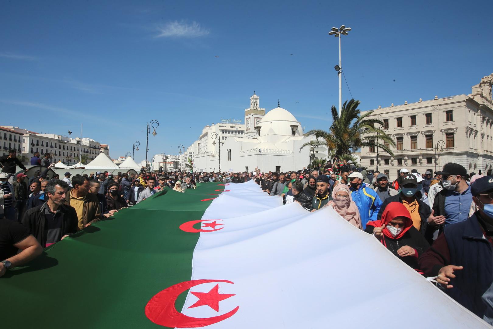 متظاهرون يحملون العلم الجزائري