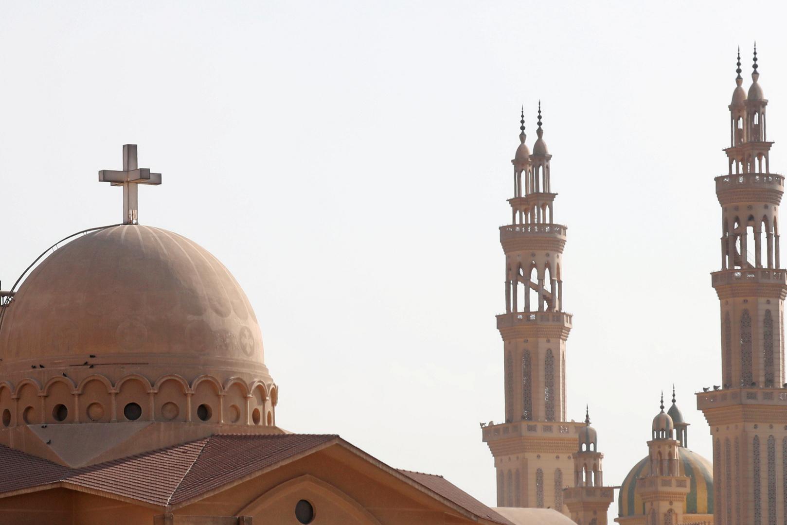 إثر كورونا.. وفاة كاهن اشتهر بحضور الصلاة داخل أحد المساجد بمصر