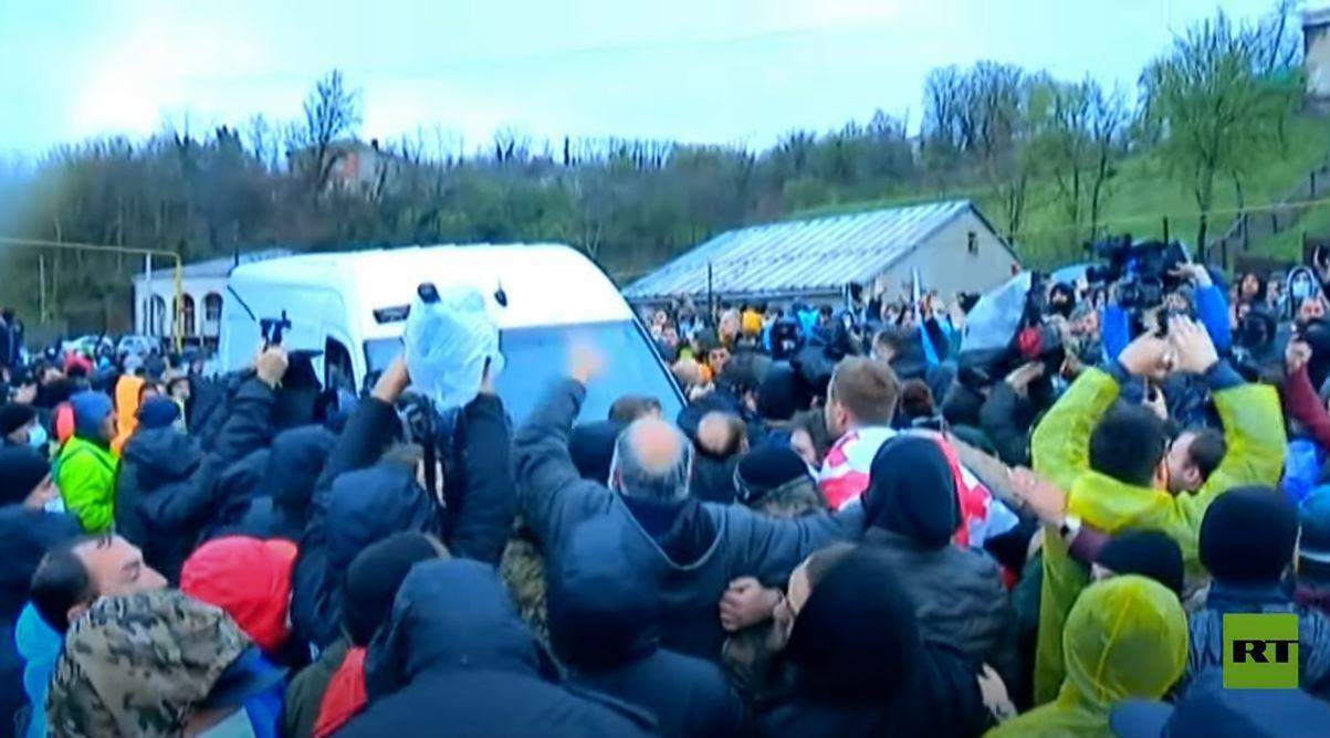 محتجون على مشروع كهربائي يقطعون طريقا رئيسيا في جورجيا