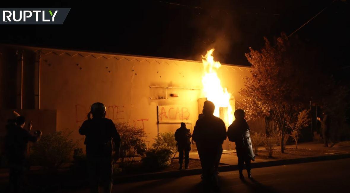 متظاهرون يضرمون النار في مبنى الشرطة وسط الاحتجاجات في بورتلاند الأمريكية
