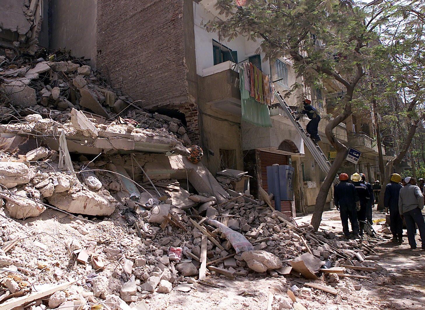 Dead and wounded due to the collapse of an apartment building in an Egyptian governorate