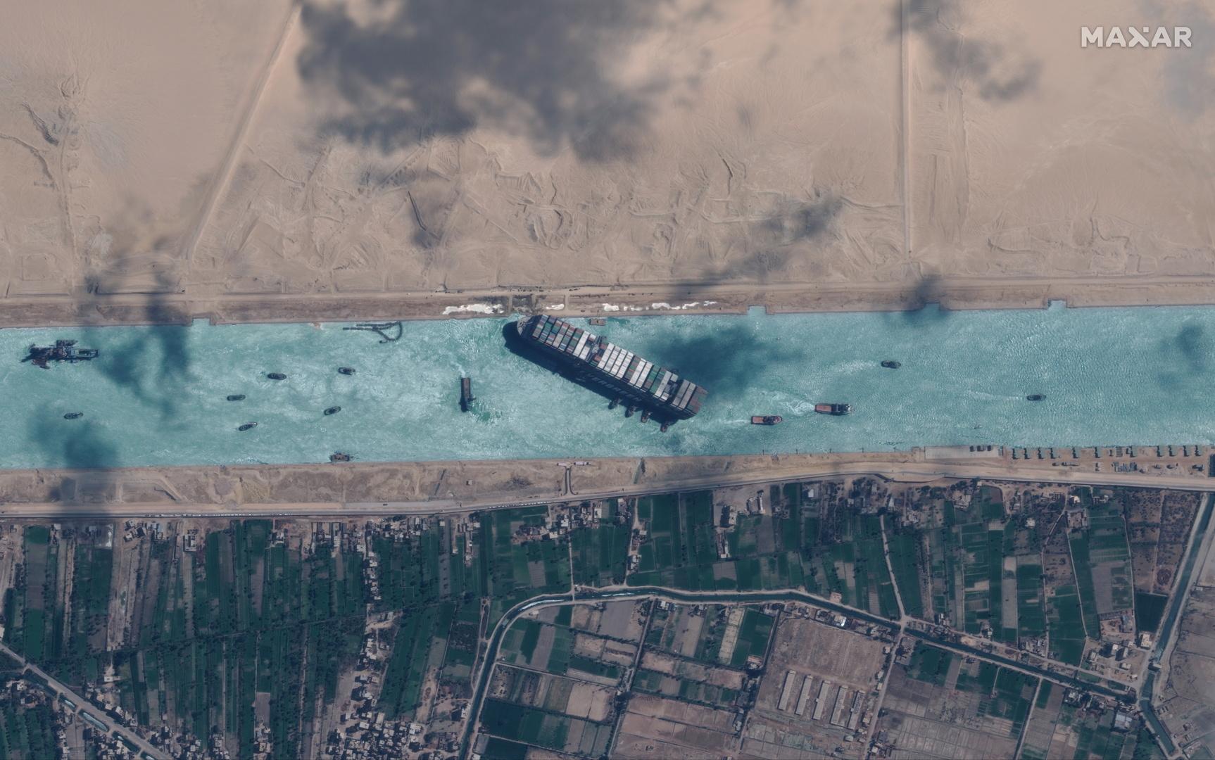مصر تسمح لشخصين من طاقم السفينة الجانحة بالسفر لظروف طارئة